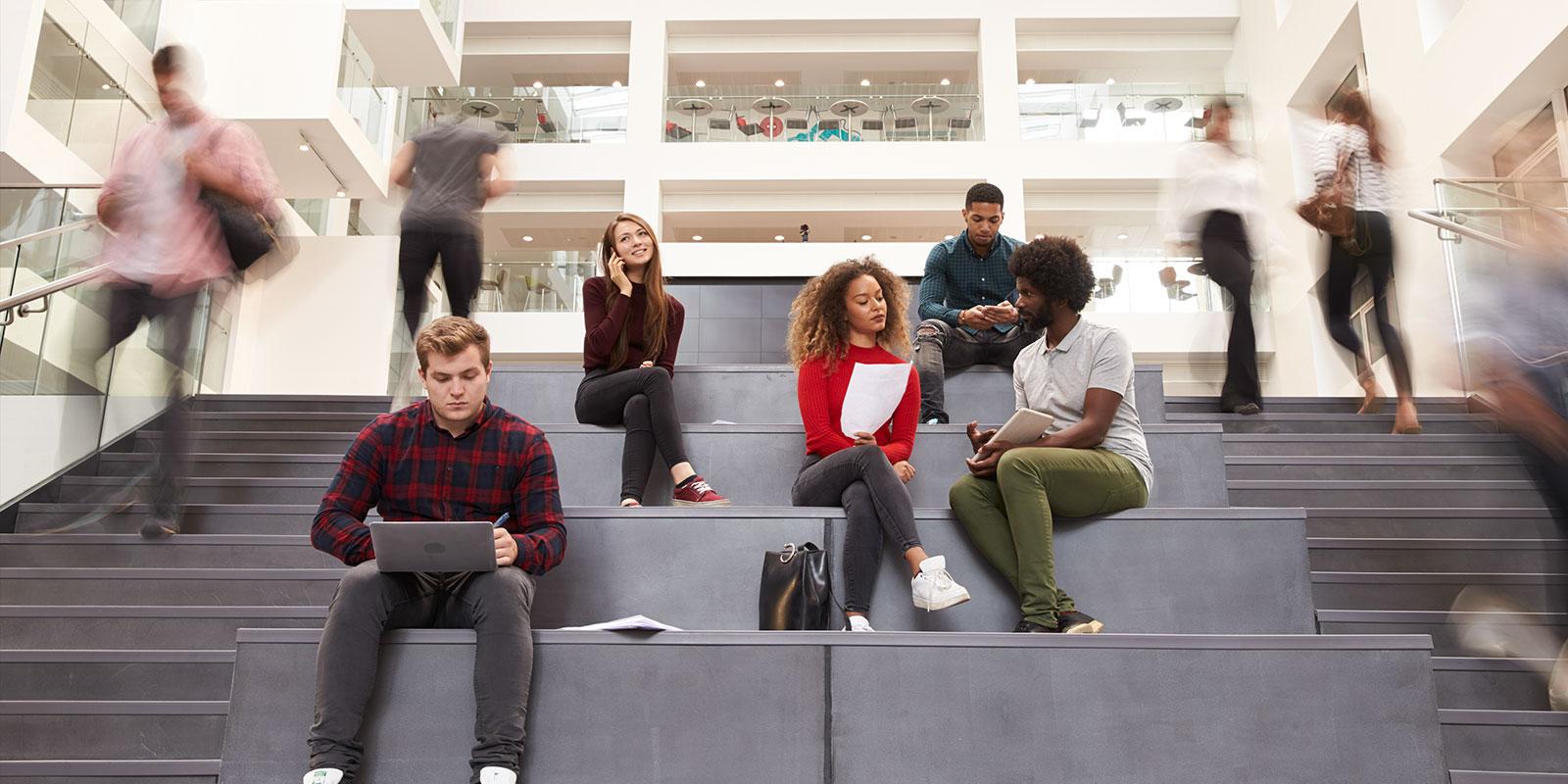 Studentent auf einem Universitäts-Campus