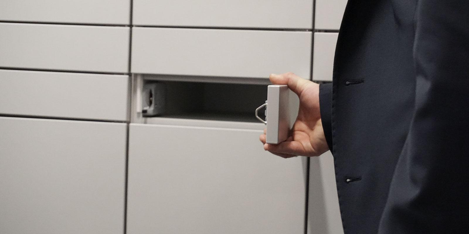 geöffnetes Fach von einem NetLocker Schranksystem