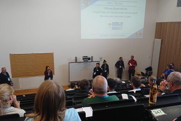 Begrüßung und Themeneinteilung im Hörsaal der Uni Würzburg des WordCamps 2018